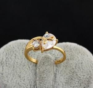 Элегантное кольцо с 18-ти каратной позолотой и прозрачным фианитом в форме капли купить. Цена 165 грн или 520 руб.