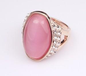 Женский перстень «Македония» (бренд-ITALINA) с розовым кварцем, стразами Сваровски и позолотой купить. Цена 375 грн