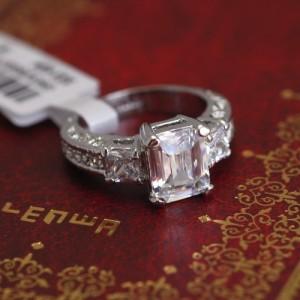 Классическое кольцо «Графиня» (бренд-ITALINA) с прямоугольным цирконом и покрытием под платину купить. Цена 260 грн или 815 руб.