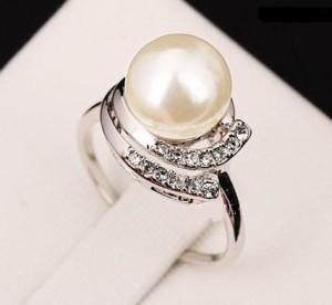 Серебристое кольцо «Каролина» (ITALINA) с белой жемчужиной, стразами и покрытием из белого золота купить. Цена 199 грн