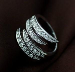 Оригинальное кольцо «Белая волна» (ITALINA) с камнями Сваровски и напылением из белого золота купить. Цена 220 грн