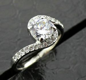 Серебристое кольцо «Вьюга» с кристаллами Сваровски и покрытием из белого золота купить. Цена 250 грн