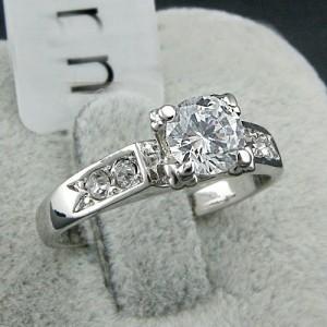 Небольшое колечко «Алмазик» (бренд-ITALINA) с прозрачным камнем Сваровски и напылением белым золотом купить. Цена 190 грн