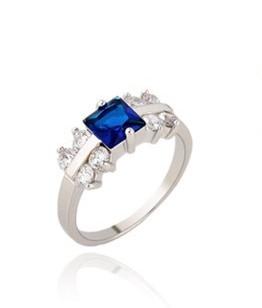 Волшебное кольцо с синим фианитом квадратной формы, покрытое белым золотом купить. Цена 175 грн