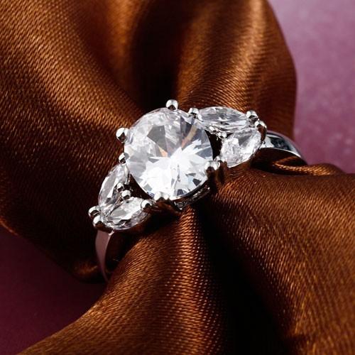 Нарядное кольцо «Полюс» с прозрачными цирконами и покрытием под платину купить. Цена 160 грн