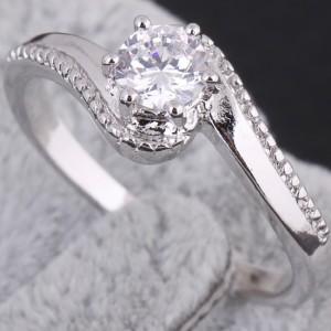 Прекрасное серебристое кольцо с покрытием из белого золота с прозрачным цирконом купить. Цена 110 грн