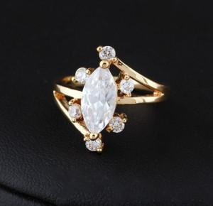 Интересное кольцо с крупным камнем в центре и напылением из жёлтого золота купить. Цена 165 грн или 520 руб.