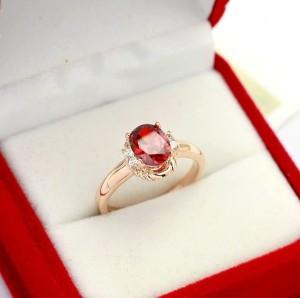 Элегантное кольцо «Альмадин» (бренд-ITALINA) с красным камнем Сваровски и напылением розовым золотом фото. Купить
