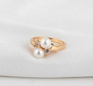 Маленькое кольцо с белым жемчугом, фианитами и 18-ти каратной позолотой купить. Цена 150 грн