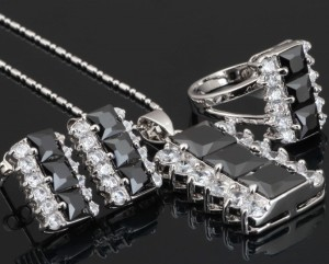 Загадочный набор «Мистерия» с чёрными и прозрачными фианитами и платиновым напылением купить. Цена 580 грн или 1815 руб.