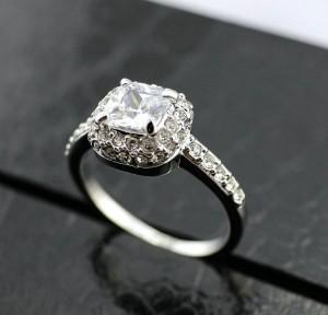 Квадратное кольцо «Лолита» (ITALINA) с прозрачным цирконом, камнями Сваровски и покрытием из белого золота купить. Цена 260 грн