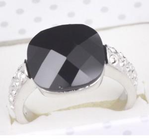 Стильное кольцо «Оникс в платине» (ITALINA) с чёрным ониксом, стразами Сваровски и покрытием из белого золота фото. Купить