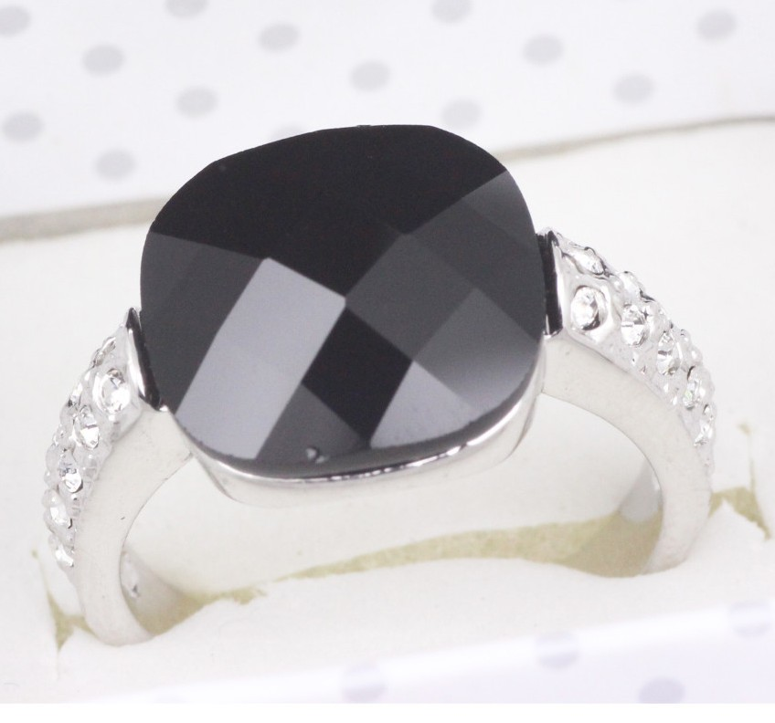 Стильное кольцо «Оникс в платине» с чёрным ониксом, стразами и покрытием из белого золота купить. Цена 240 грн