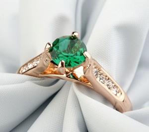 Простое кольцо «Романтика» (бренд-ITALINA) с зелёным камнем Сваровски и 18-ти каратной позолотой купить. Цена 195 грн или 610 руб.