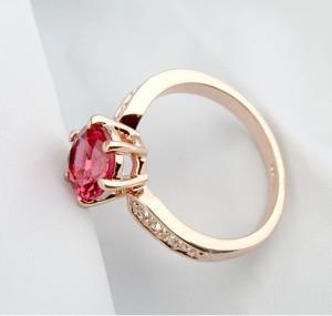Изумительное кольцо «Шпинель» (бренд-ITALINA) с малиновым камнем Сваровски и золотым напылением фото 1