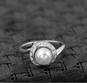 Жумчужное кольцо «Дорида в белом» с кристаллами Сваровски и покрытием из белого золота купить. Цена 190 грн