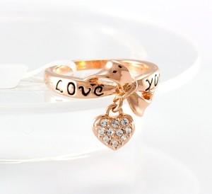 Молодёжное позолоченное кольцо с висюлькой в виде сердца с камнями и надписью «Love» купить. Цена 140 грн или 440 руб.