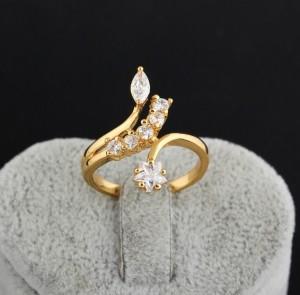 Необычной формы кольцо с прозрачными фианитами и 18-ти каратной позолотой купить. Цена 160 грн
