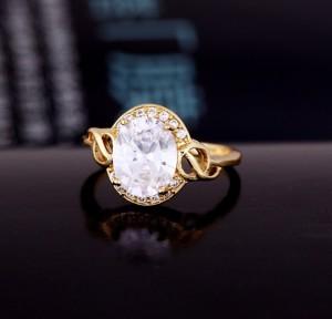 Классическое кольцо с крупным прозрачным камнем овальной формы и покрытием из золота купить. Цена 200 грн или 625 руб.