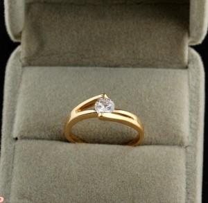 Тонкое кольцо с прозрачным фианитом, покрытое золотым напылением фото. Купить