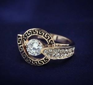 Античное кольцо «Деметра» (бренд-ITALINA) с камнями Сваровски, греческой дорожкой и позолотой фото 1
