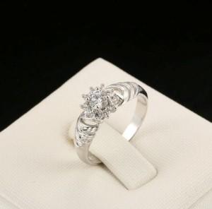 Симпатичное кольцо «Космея» интересной формы с платиновым покрытием и цирконами купить. Цена 150 грн