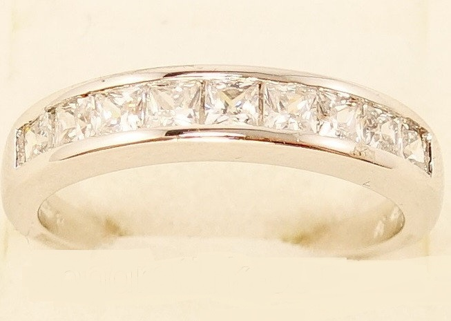 Простое кольцо «Брюлики Платина» с дорожкой из камней и родиевым покрытием купить. Цена 155 грн