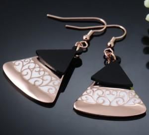 Этнические серьги «Мадера» (бренд-Viennois) в форме треугольника с позолотой, белой эмалью и чёрной вставкой купить. Цена 290 грн