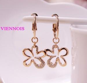 Молодёжные серьги-цветочки «Милашка» (бренд-Viennois) с золотым напылением и камнями Swarovski фото. Купить