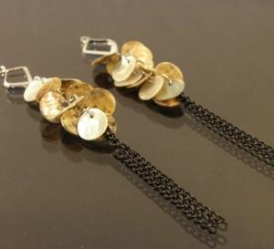 Летние бежевые серьги с натуральным перламутром и висюлькой из цепочки купить. Цена 35 грн или 110 руб.