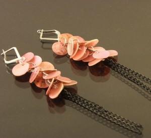 Длинные розовые серьги из натурального перламутра с чёрной цепочкой купить. Цена 35 грн