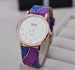 Современные женские часы с золотистым корпусом и ярким фиолетовым ремешком фото. Купить