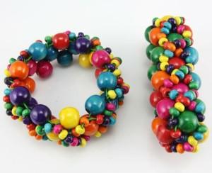 Яркий браслет «Радужный» на резинке из деревянных бусин разных размеров и цветов фото. Купить