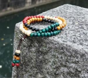 Цветной браслет-чётки «Махатма» из мелких деревянных бусин купить. Цена 65 грн или 205 руб.