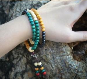 Цветной браслет-чётки «Махатма» из мелких деревянных бусин фото 1