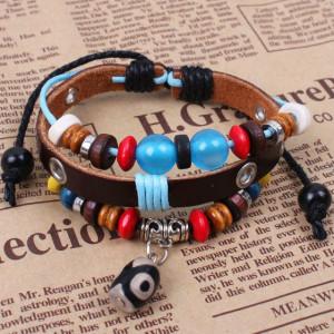 Разноцветный браслет из кожи коричневого цвета с деревяными и пластиковыми бусинами фото. Купить