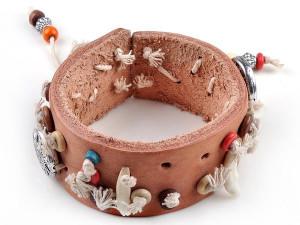 Унисекс кожаный широкий светло-коричневый браслет с фенечками и медальонами купить. Цена 165 грн