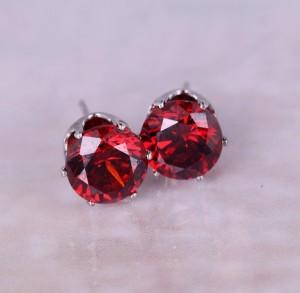 Позолоченные серьги с красным фианитом в оправе, покрытой белым золотом купить. Цена 39 грн или 125 руб.