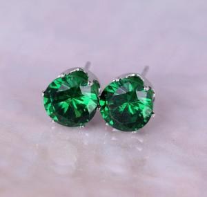 Зелёные серьги-гвоздики с одним камнем в позолоченной белым золотом оправе фото. Купить