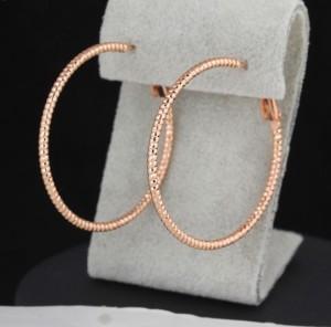 Тонкие серьги в форме колец с напылением розовым золотом, без камней купить. Цена 135 грн или 425 руб.