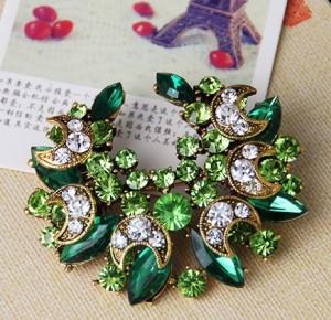 Нарядная зелёная брошь «Венец» со стразами и покрытием под золото фото 1