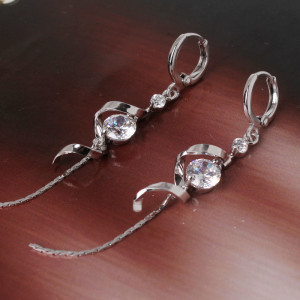 Оригинальные серьги «Метелица» в виде спирали с цепочкой, цирконами и платиновым покрытием фото. Купить