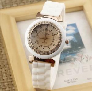 Белые стильные часы с белым силиконовым ремешком и стразами на корпусе фото. Купить