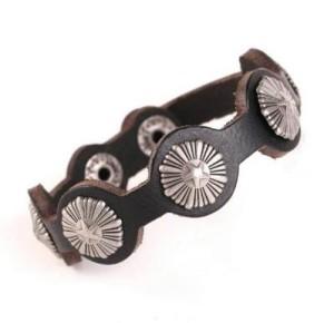 Качественный браслет из натуральной кожи с круглыми металлическими вставками купить. Цена 135 грн или 425 руб.