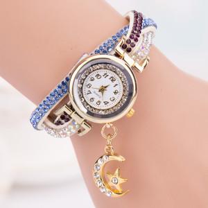 Интересные женские часы «Quartz» с белым ремешком со стразами и красивой висюлькой фото. Купить