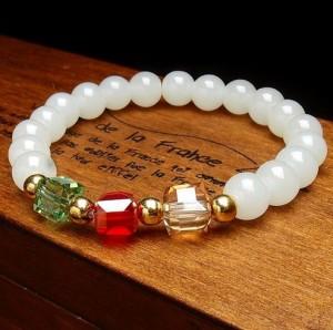 Симпатичный браслет из белых бусин и цветных стеклянных кубиков купить. Цена 89 грн