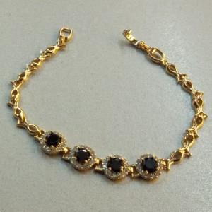 Неотразимый браслет «Полонез» с чёрными и бесцветными цирконами в позолоченной оправе купить. Цена 365 грн или 1145 руб.
