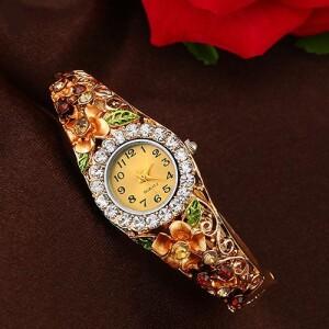 Замечательные часы-браслет «Quartz» с цветами и стразами фото. Купить
