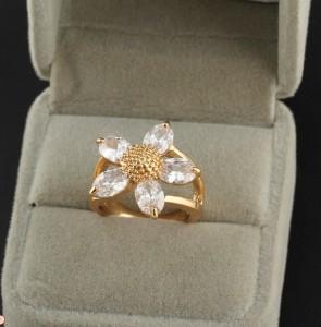 Изумительное кольцо в виде цветка из бесцветных цирконов с 18-ти каратной позолотой фото. Купить