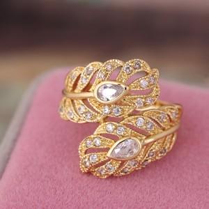 Необычное красивое кольцо с золотым покрытием и прозрачными фианитами фото. Купить